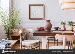 lehm vase auf dem tisch esszimmer interieur mit einer