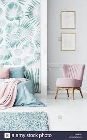 puder pink sessel im schlafzimmer innenraum mit blatt