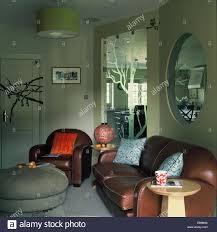 30er jahre stil ledersofa und sessel im retro wohnzimmer mit