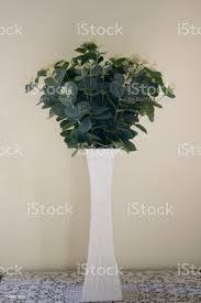 künstliche blumenvase dekoration im modernen wohnzimmer moderne wohnzimmergestaltung mit künstlichen pflanzen in blumentöpfen stockfoto und mehr