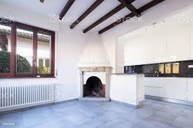 küche im offenen raum in der nähe wohnund esszimmer mit kamin stockfoto und mehr bilder arbeiten