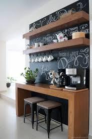 wohnungdeko schwarze tafel hölzerner tisch stühle pflanze