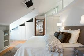 placard chambre à coucher aménagement placard sous pente en 24 idées pratiques