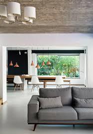 graues sofa vor dem durchgang zum bild kaufen 12426040