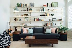 offenes regal hinter sofa modern einrichtung wohnzimmer