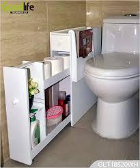 weiße hölzerne badezimmer schrank mit hängenden