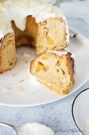 pfirsich gugelhupf mit mandeln und frischkäse frosting