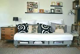 comment faire un canapé en comment faire un lit en palette zoom sur les palettes de bois