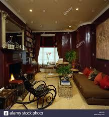 hängematten und braunen sofa in braun 80er jahre wohnzimmer
