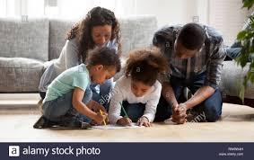 schwarze familie mit kleinen kindern zusammen malen im
