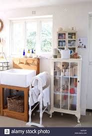 kleinen glasfront schrank und weißen handtuchhalter mit