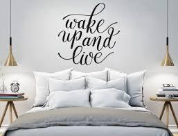 schlafzimmerdeko mit wandworten auf englisch walltattoo