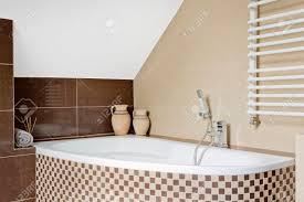 luxuriöse badezimmer interieur in braun mit mosaik fliesen badewanne