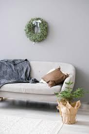graues sofa mit decken und kissen im wohnzimmer im