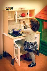 jouer a la cuisine photo gratuite fille jouer jouets cuisine image