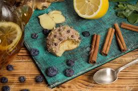 familie zeit englische tradition süße kuchen cupcake zimt und ingwer blaubeeren frische minze auf holztisch natürliche kräutersammlungen 5