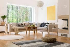 modernes wohnzimmer mit schönem blick durch das fenster