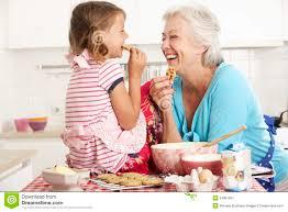 cuisine maman cuisson de grand mère et de fille dans la cuisine image