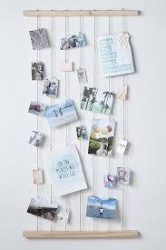 bilder und postkarten aufhängen schlafzimmer diy