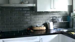 credence cuisine noir et blanc carrelage metro noir invite l elegance nos domiciles cuisine