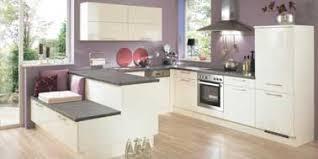 combiné cuisine design et couleur parme pour la cuisine ouverte