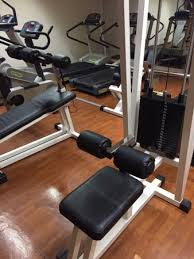 salle de sport avec tapis de course poids barre ect et