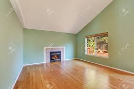 leere wohnzimmer innenraum in einem neubau haus große zimmer verfügt über einen gas kamin grünen wänden und polierte parkett northwest usa