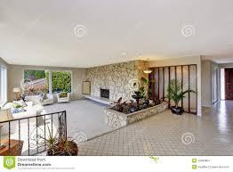 wohnzimmer mit brunnen im luxushaus stockfoto bild