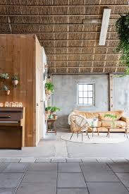 wohnzimmer mit vielen pflanzen in einer bild kaufen