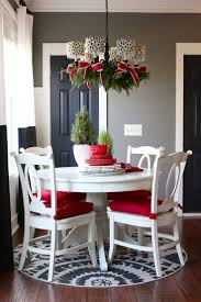 Christmas Centerpieces For Dining Room Tables by Best 25 Christmas Chandelier Decor Ideas On Pinterest Christmas