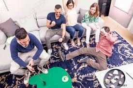 foto auf lager gruppe junger erwachsener hat spaß beim golfen im wohnzimmer