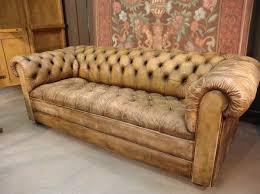 canap chesterfield cuir vieilli un canapé chesterfield le chic et le confort à la maison archzine fr