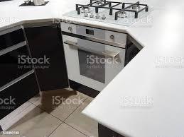 moderne monochrom schwarzweiß küche gaskochplatte elektrischer ofen corianarbeitsflächetheke island stockfoto und mehr bilder arbeitsplatte
