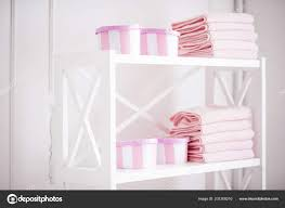 damenkoffer für accessoires und saubere rosa handtücher