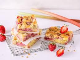 saftiger erdbeer rhabarber kuchen mit streuseln