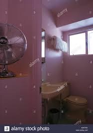 freistehender ventilator auf regal rosa 50er jahre stil
