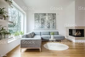 weiße wohnzimmer interieur mit grauen ecke sofa große moderne kunst malerei und kamin stockfoto und mehr bilder blume