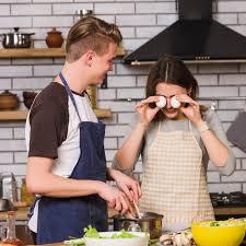 spielerische frau mit mann in der küche kochen kostenlose foto