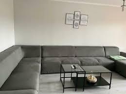 wohnzimmer sofa mit decke grau
