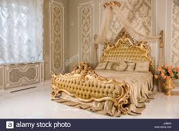 luxus schlafzimmer in hellen farben mit goldenen möbel