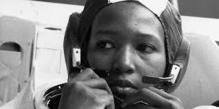 Une Femme Afro Américaine En Lisant Le Journal Ces Femmes Culottées Au Menu Du Canard
