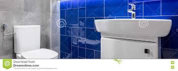 badezimmer mit blauen glatten fliesen stockfoto bild