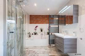 foto auf lager modernes badezimmer im vintage stil mit waschbecken badewanne glasdusche und schwarzem handtuchtrockner