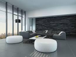 gekippt perspektive einer modernen grau und weiß wohnzimmer interieur mit hocker und einem großen sofa vor vom boden bis zur decke glasfenster lassen