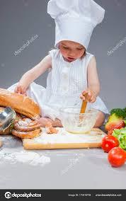 cuisine caucasienne caucasienne fille en uniforme de cuisinier travaillant avec