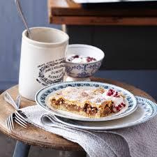 gedeckter apfel birnenkuchen mit preiselbeer joghurtschmand rezept