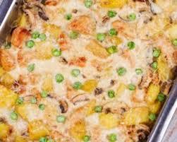 cuisiner des restes de poulet recette de gratin express aux restes de poulet petits pois et carottes