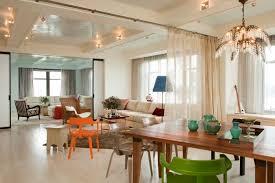 offene küche wohnzimmer abtrennen vorhang holztisch geüner