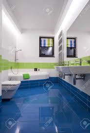 blaue und grüne fliesen im modernen badezimmer