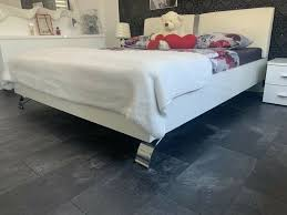 schlafzimmer komplett weiß hochglanz lederbett schrank kommode